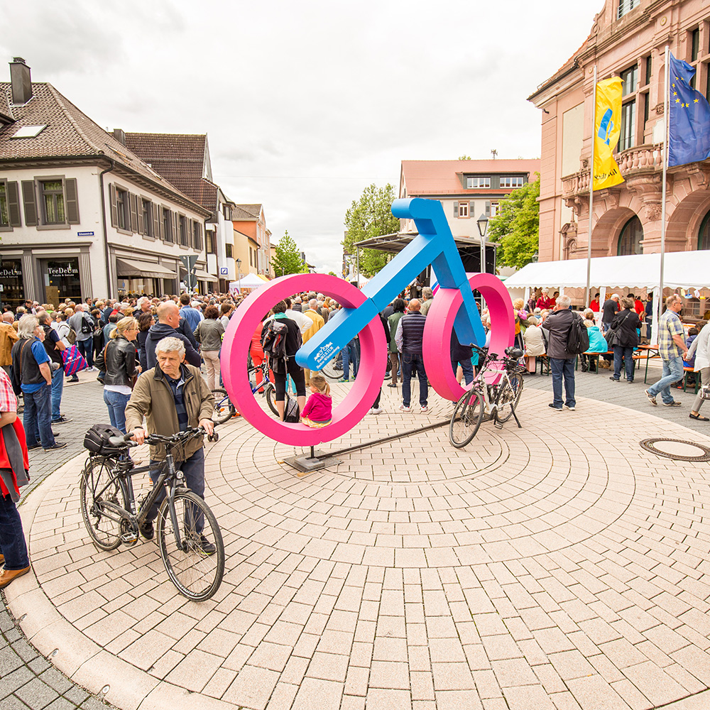 An XXL bike in the RadKULTUR design on the Bühler market square at the Bühler two-wheeler spring.