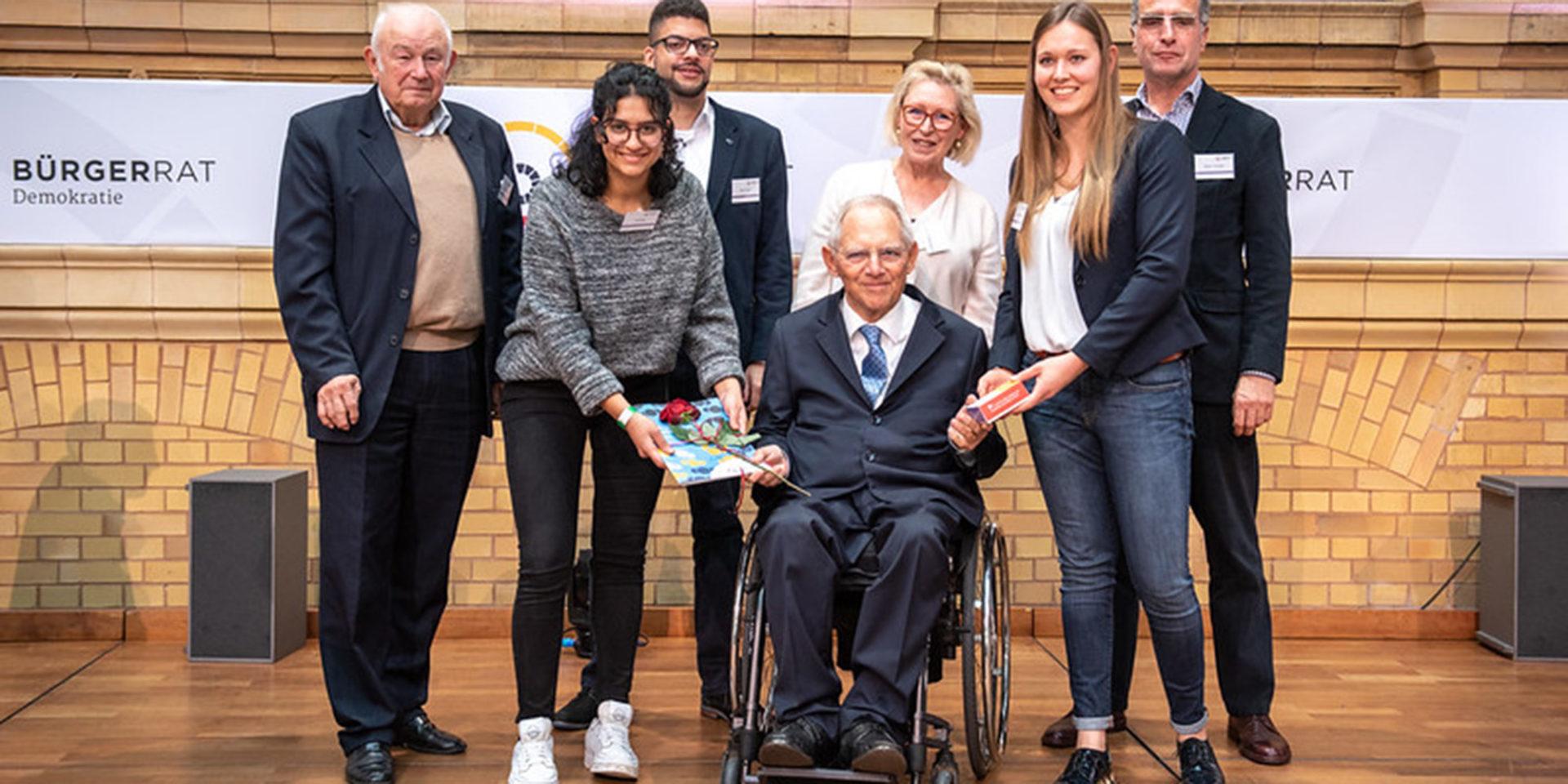 Fünf Vertreterinnen und Vertreter des Bürgerrats, in Begleitung vom Vorsitzenden Günther Beckstein, übergeben das Bürgergutachten an Bundestagspräsident Wolfgang Schäuble.
