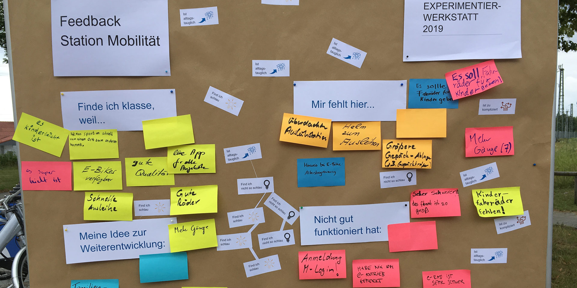 An einer Pinnwand hängen Karten mit Feedback zur Experimentierwerkstatt 2019