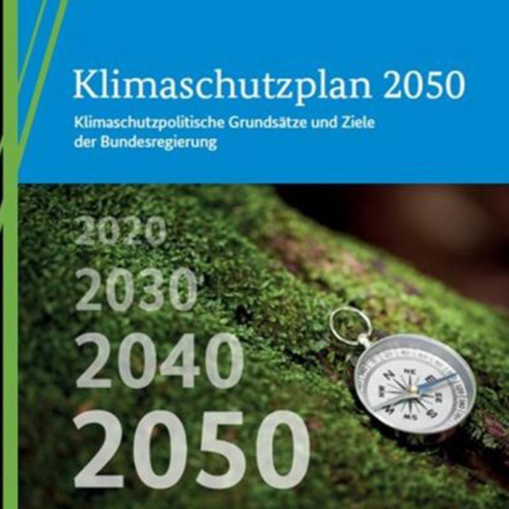 Das Coverbild des Klimaschutzplan 2050 zeigt einen Kompass. Neben dem Kompass die Zahlenabfolge von 2020 bis 2050 in Zehnerschritten.