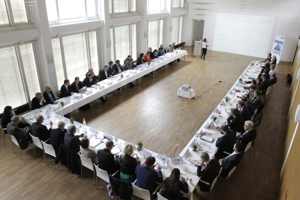 Blick auf die Teilnehmenden in Hufeisen-Bestuhlung bei der 1. Sitzung des Hessischen Bündnis für Nachhaltigkeit