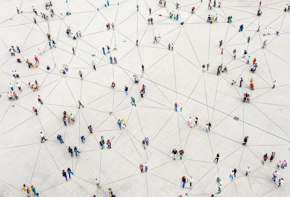 Menschenmasse durch Linien verbunden