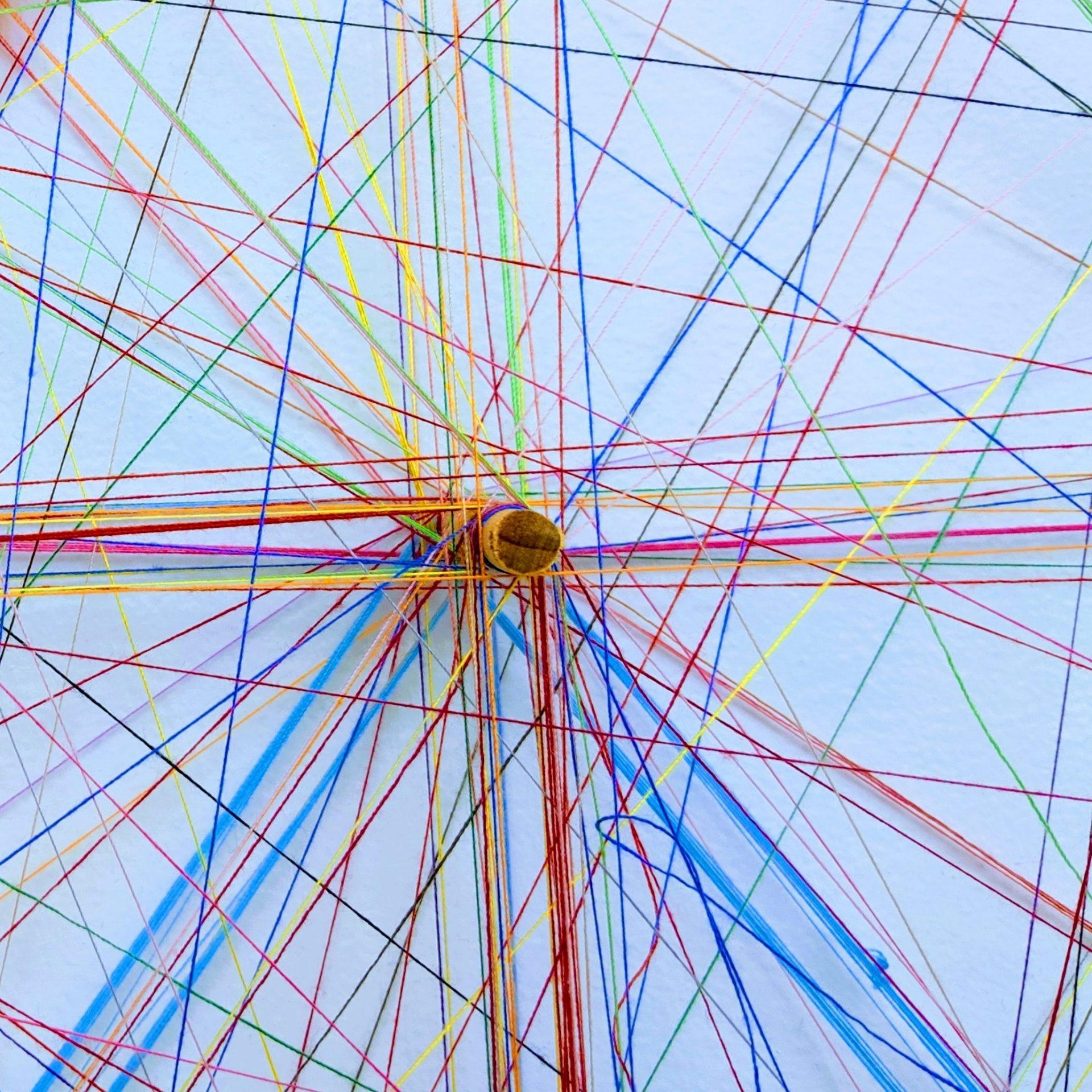 Ein Netz aus Bindfäden.
